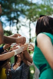 Close-up menselijke handen die glazen champagne houden Stock Afbeeldingen