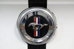 Close up metálico do logotipo de Ford Mustang no carro de Ford Mustang indicado na MOSTRA de MOTO no Polônia de Cracow imagem de stock royalty free