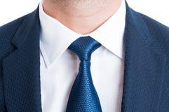 Close-up met blauwe elegante kostuum en stropdas of band stock foto