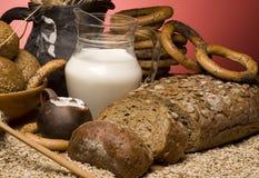Close-up met graangewassenbrood, korrels, melk. Royalty-vrije Stock Afbeelding