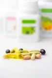 Close-up misturado dos comprimidos do suplemento ao alimento, omega3, carotine, vitaminas Imagem de Stock Royalty Free