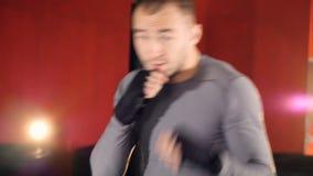 Close-up MMA-vechtersschaduw in dozen doen, die voor de grote strijd opleiden stock footage