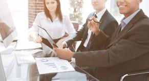 close-up modern commercieel team tijdens kantooruren royalty-vrije stock foto
