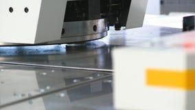 Close-up Moderne industriële CNC Productiemachine Innovatief materiaal die bij fabriek werken stock video