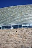 Close up moderno dos materiais da arquitetura Ardósia, vidro e pedra Dia ensolarado, céu azul La Coruna, Espanha imagem de stock