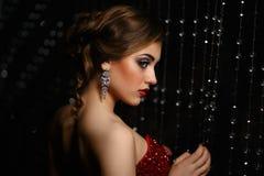 Close-up modieuze vrouw op zwarte achtergrond stock fotografie