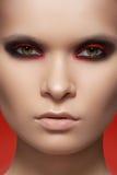 Close-up mody modela twarz z zmroku skały makijażem Obrazy Stock