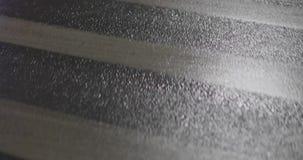Close up molhado do asfalto na noite video estoque
