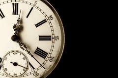 Close-up monocromático em um relógio velho com fundo preto grampeado imagem de stock