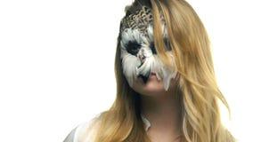 Close-up, mooi meisje met uil ` s onverbiddelijk op gezicht het stellen in studio voor fotograaf stock footage