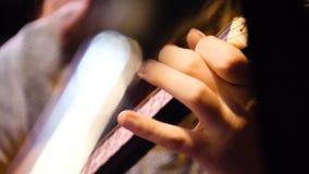 Close-up mooie akoestische gitaar die door vrouwenzitting worden geminimaliseerd, musicusconcept Vrouw die de gitaarclose-up spel stock foto's