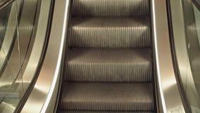 Close-up movente vazio da escada rolante na loja filme