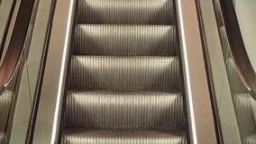 Close-up movente vazio da escada rolante na loja video estoque