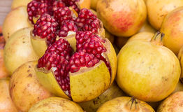 Close up muito fruto do pomegranete no mercado imagem de stock royalty free