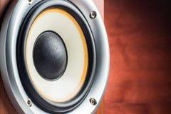 Close-up musical do orador em um fundo de madeira Fotos de Stock Royalty Free