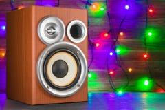 Close-up musical do orador em um fundo de madeira Festões de incandescência no fundo Fotografia de Stock