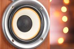 Close-up musical do orador em um fundo de madeira Festões de incandescência no fundo Fotos de Stock