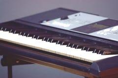 Close-up musical eletrônico borrado do sintetizador do teclado fotos de stock