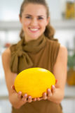 Close up na jovem mulher feliz que mostra o melão Imagens de Stock