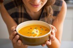 Close up na jovem mulher que aprecia a sopa da abóbora Imagens de Stock Royalty Free
