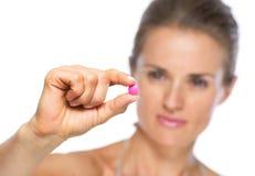 Close up na jovem mulher que mostra o comprimido fotos de stock royalty free
