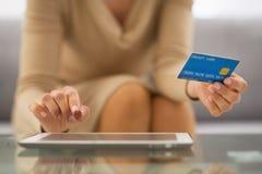 Close up na mulher com cartão de crédito usando o PC da tabuleta Imagem de Stock
