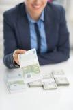 Close up na mulher de negócio que dá blocos do dinheiro Fotos de Stock Royalty Free