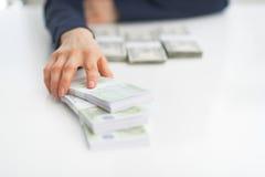 Close up na mulher de negócio que dá blocos do dinheiro Imagens de Stock Royalty Free