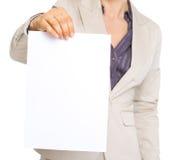 Close up na mulher de negócio que mostra a folha do papel vazio Fotografia de Stock
