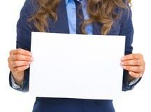 Close up na mulher de negócio que mostra a folha do papel vazio Foto de Stock