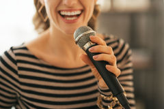 Close up na mulher que canta com microfone Foto de Stock Royalty Free