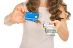 Close up na mulher que mostra o cartão de crédito e o dinheiro pac Fotografia de Stock Royalty Free