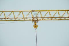 Close up na parte da corrente amarela do guindaste de construção fotos de stock royalty free