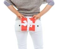 Close up na parte traseira escondendo do presente do Natal da mulher atrás Imagens de Stock Royalty Free