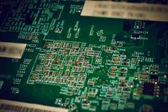Close up na placa eletrônica na oficina de reparações do hardware, borrada e tonificada fotografia de stock royalty free