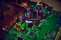Close up na placa eletrônica na oficina de reparações do hardware, borrada e tonificada imagens de stock royalty free