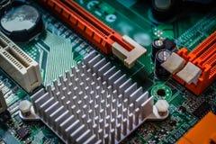Close up na placa eletrônica na oficina de reparações do hardware, borrada e tonificada fotografia de stock