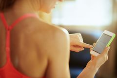Close up na tela do smartphone com app apto à disposição da mulher apta fotos de stock royalty free