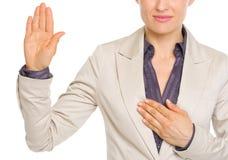 Close up na verdade do juramento da mulher de negócio Fotos de Stock Royalty Free
