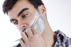 Close-up, nadruk op uitstekend scheermes, mens het scheren Royalty-vrije Stock Fotografie