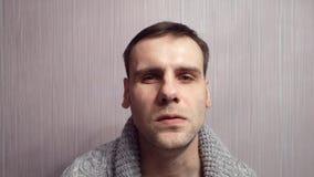 Close up nervoso do homem irritado adulto Tenha a cara humana agressiva das contrações musculares filme