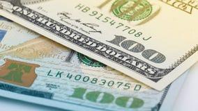Close-up nieuw en oud Amerikaans geld honderd dollarsrekening De V.S. het fragmentmacro van het 100 dollarbankbiljet Royalty-vrije Stock Foto's