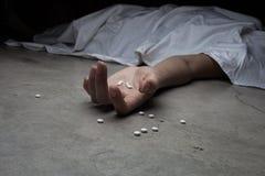 Close-up no assoalho das drogas à disposição do corpo Em imagem de stock