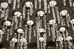Close up no equipamento do campo de jogos coberto com o gelo após um st do gelo imagens de stock royalty free