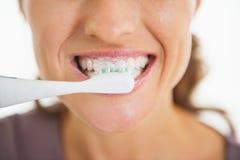 Close up nos dentes de escovadela da mulher Imagem de Stock Royalty Free