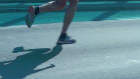 Close up nos pés dos corredores rua video estoque