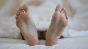 Close up nos pés fêmeas desencapados vídeos de arquivo