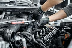 Free Close Up Of Man`s Hands Using Wrench To Remove Spark Plugs Royalty Free Stock Photography - 163970377