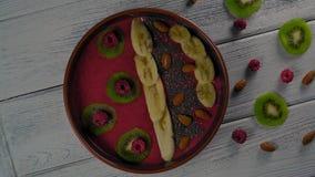 Close-up, Omwentelings Hoogste Weergeven op Fruit Smoothie stock videobeelden