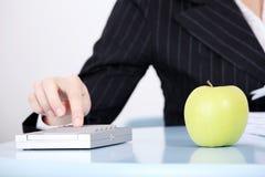 Close-up op appel in het bureau. Stock Foto's